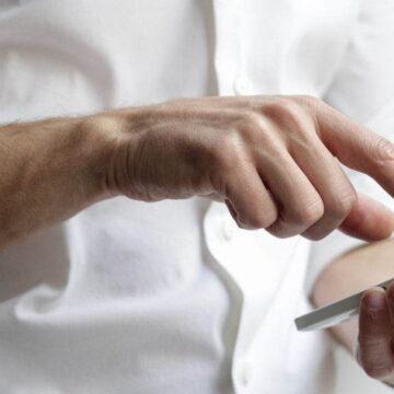 Smartfon a ból karku